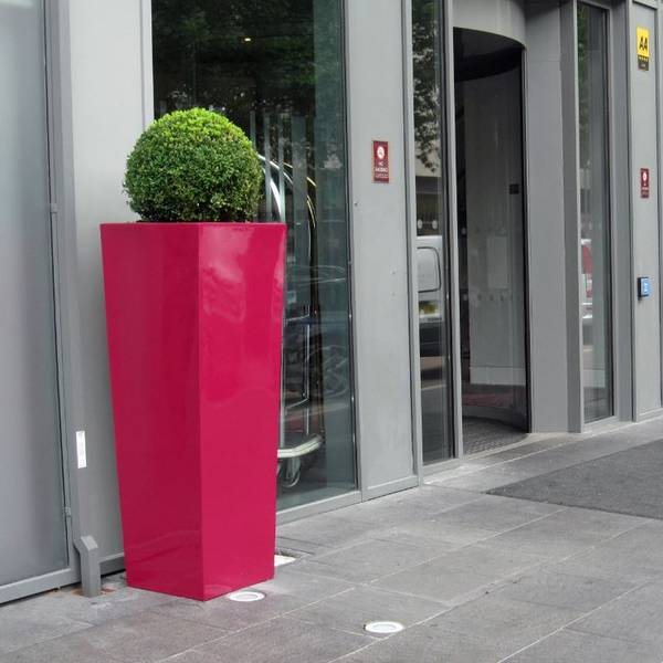 Exterior Landscaping using Cubis for the entrance of The Crowne Plaza London Docklands Hotel